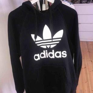 Adidas hoodie i superbra skick! snygg oversized hoodie för mig som vanligtvis har S