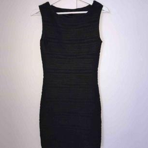 Stilren svart tajt klänning som slutar mellan rumpan och knäna, superbra skick