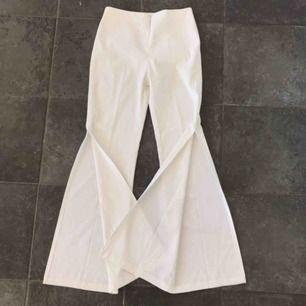 Fina byxor med slitz längst nere vid benen! Från 2000 talet!  Frakt 60 kr