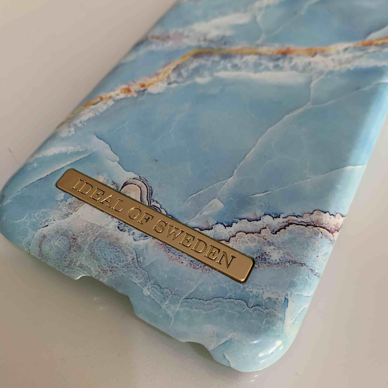 Iphone fodral från iDeal of Sweden till 7 Blå marmor ren o fin en jätte liten spricka på nedre delen av fodralen. . Övrigt.