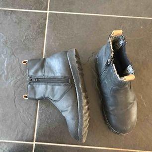 Höst/ vinter skor, använda få gånger. Bra skick och bra pris. Vid intresse kontakta här!