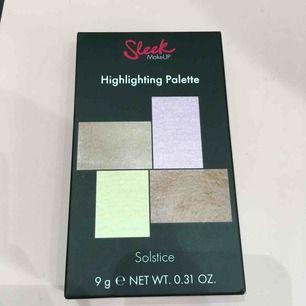 Highlighting palette från sleek i färgen Solstice. 9g  Ny och aldrig öppnad/använd. Nypris: 140kr Frakt: 22kr