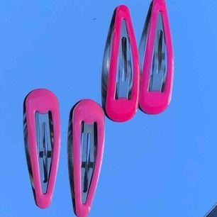 50kr 🦋 + 25kr frakt Kan även mötas upp i Göteborg!  4 pack av rosa hårspännen, ger mig 2000 talet vibes💘