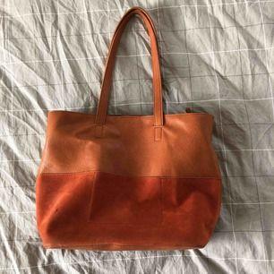En snygg second hand väska med flera fack