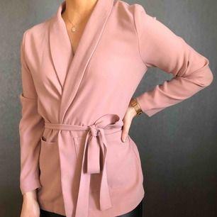 Superfin rosa blazer från Rut & Circle, knyte i midjan. Storlek S. :) Ord. pris 350:-, nytt pris 150:-