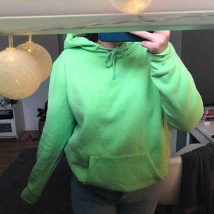 Neon grön hoodie från primark. Storlek xl så den sitter snyggt oversized. Kan mötas upp, annars står köparen för frakt. 😊