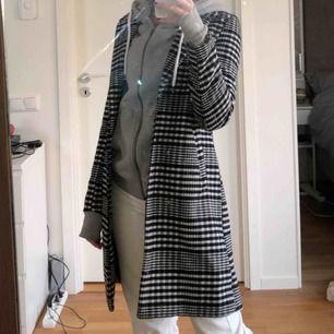 Skit snygg kappa/rock i svart vitt mönster. As snygg men får aldrig användning för den köpte den för 1200