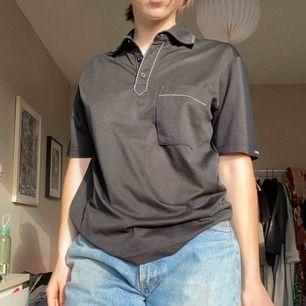 Cool piké tröja i svart med vita sömmar. Står M på lappen men skulle säga att den passar även xs-s✨ Aldrig använd🦋 köpare står för frakt
