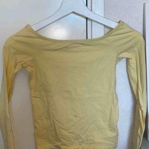 En sommar gul off shoulder tröja från gina tricot, den är i bra skick & knappt använd eftersom att det är en storlek för liten (frakt 95kr)