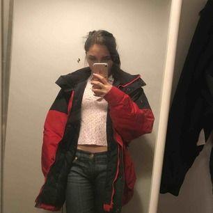 Snygg röd lång jacka har för många därför säljer jag