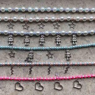 Nu finns nya halsband ute på min instagram @jwlrybya 🤩 för att köpa något/några av dessa eller fler är det bara att kontakta mig på instagram dm 💕🥰