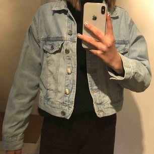 En fin jeans jacka från Gina tricot, använd några gånger. Det är en kortare model, hör av dig om du är intresserad att buda!