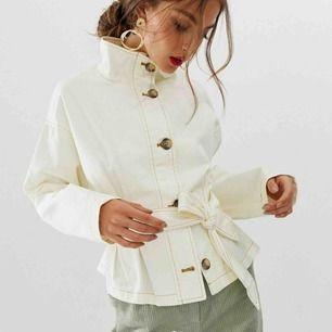 Fin vit jacka med knytning från asos