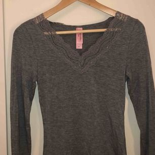 Jätteskön grå tröja från hunkemöller i storlek S, aldrig använd