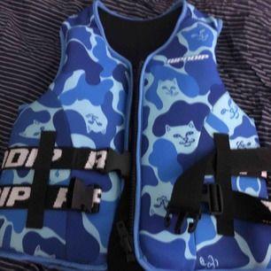 ripndip väst i camo blue aldrig använd  10/10 i skick  köparen står för frakten sitter som small i båda könen