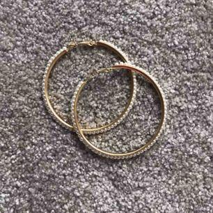 Helt nya och oandvända ringörhängen med vita pärlor runt om!
