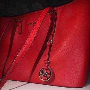 Hej! Jag säljer min supersnygga Michael Kors väska. Röd med gulddetaljer. Jag har tagit mycket väl hand om väskan och är i nyskick.