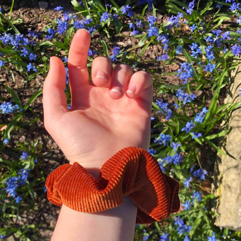 10 🦋 +11kr frakt! Kan även mötas upp i göteborg  Orange/brun scrunchie, helt ny! 🍊. Accessoarer.