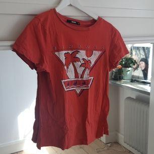 Två tröjor från Bikbok, knappt använda. Köpa för ca 150 kr. Kostar 40 kr styck eller båda för 70 kr. Köparen står för frakten. (Första XS, andra S)