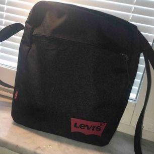 En ny Levis Axel väska. Den är unik och använd en gång😊 den är stor och har mycket utrymme. Skriv om ni är intresserade🥰