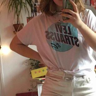 Skitsnygg Levi strauss t-shirt den är storlek XS men skulle säga att den känns som S-M. Den är som ny! Jag kan mötas i Stockholm annars tillkommer frakt:)