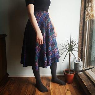 Vid skotskrutig kjol, supermysig 🦔🌼 Köpt på Beyond Retro. (gissar storlek 32; midjemått 61 cm) Frakt tillkommer!