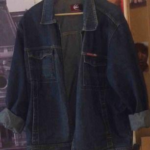 Oversized jeansjacka med dragkedja från märket quicksilver. Det står att den är i storlek XL men jag har XS/S och har använt den som en oversized jeansjacka :)) köparen står för frakten!
