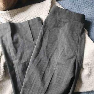 ett par assnygga kostymbyxor i ganska tjockt material som tyvärr blivit försmå för mig :( Möts gärna upp i sthlm ❤️ knäppning är lite halvtsönder men går enkelt att sy dit en knapp!