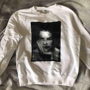 Jättecool tröja från CPS woman med en 3d bild på framsidan och text på baksidan!!