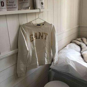 Super fräsch vit Gant tröja i XS. Lika vit som ny då jag inte använt den förutom någon enstaka gång (därav säljs).