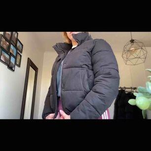 Puffer jacket från supply & demand. Jätteskön och varm. Nypris var 700kr, inte använd så mycket