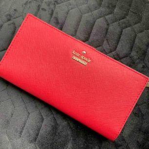 ÄKTA plånbok från Kate spade. Deras klassiska. Köpt på NK för 1år sedan. Endast använd 1 gång.