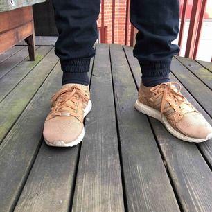 Ett par EQT Support Ultra Primeknit King Push sneakers i storlek 42. Inköpspris 1159 kr. Är nötta på ett ställe (se bild).