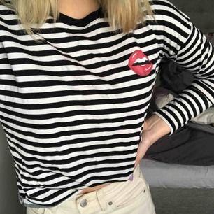 """Svart- och vitrandig tröja med """"läppar"""" på i storlek XS. Aldrig använt så i nytt skick! Kan mötas upp i Uppsala eller frakta men då tillkommer frakten🥰"""