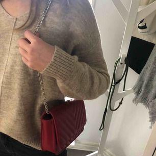 Söt röd väska från glitter med silvrig kedja, säljer pga inte kommer till användning. Köparen står för frakt 🍓