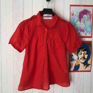 Somrig skjorta med puffiga ärmar, fungerar att ha över annan tröja, tucked in osv! 22 kr frakt tillkommer