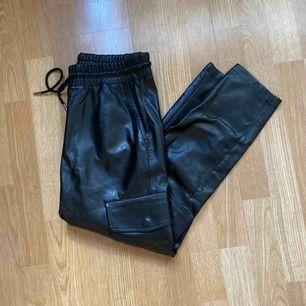 Fuskskinnbyxor från Zara i storlek M. Men passar bra på S och M pga knyt i midjan! Själv är jag S och 163cm lång, byxorna slutar vid ankeln.
