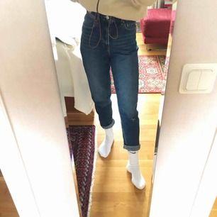 Så fina blå mom jeans, tyvärr med hål på ena knät men inget man tänker på. Väldigt sparsamt använda då jag växte ut som ganska snart efter jag köpte dom. Frakt tillkommer och kan tänka mig att diskutera pris💓🦋