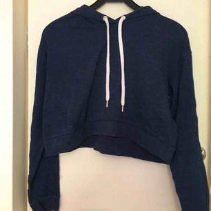 Croppad, blå hoodie med luva från hm divided. Fint skick, säljer för att den inte kommer till använda. Kan mötas på södermalm eller skicka, men då tillkommer frakt.