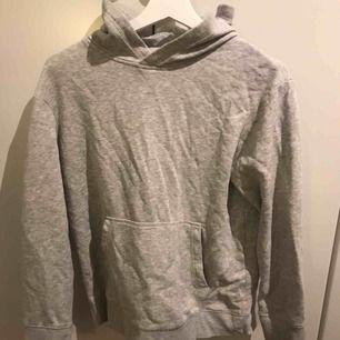 En grå luvtröja ifrån hm. Säljer för den är för liten men är fint använd.  Köpare står för frakten.