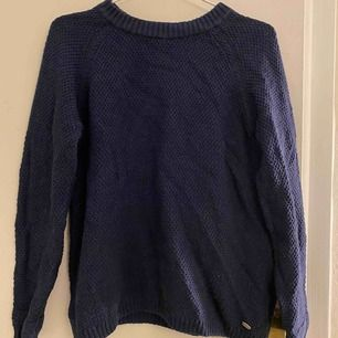 Mörkblå stickad tröja från DOBBER.   Frakt tillkommer 🌸