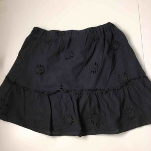 Supersöt kjol nu till sommaren! Säljes pga att den tyvärr är för liten för mig. Köpt på en butik i kenya för 250kr. Använd 1 gång, fel storlek och kunde ej lämna tillbaks. Fraktar eller möts upp på Lidingö!