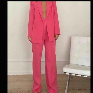Rosa suuuuperfin kostym från missguided, aldrig använd, prislappar kvar!   Byxor- strl 36 Kavaj- 38 (boyfriend fit)