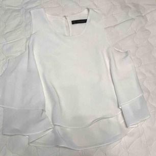Vit blus  Skick: Som ny Färg: Vit Anledning till att den säljs: Garderobsrensning  Pris när den köptes ny: Ca 300kr Köparen står för frakten (40-60kr)