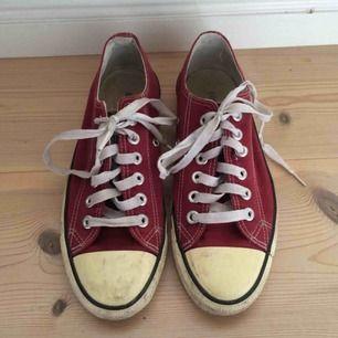 Mörkröda Converse, ganska slitet skick därav billigt pris. Köpta på secondhand och endast använt en gång till en utklädnad.