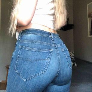 Sparsamt använda diesel-jeans. I modellen Super Slim-Skinny Regular Waist och storleken W25 L30, motsvarar XS/S