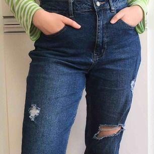 Frakten ingår! Skitsnygga ripped jeans från Even&odd. W29 men passar bra på mig som har W27/W28. Dock är de stretchiga i midjan så de passar W29 också. Skulle säga att de är längd 30. Använda Max 5 ggr. Perfekt inför våren☀️