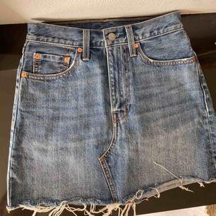 Köparen står för frakt, kan mötas upp i Borås🌸 SNYGG Levis kjol för bra pris!!! Ursprungspris 650kr, har en liten fläck längst upp bak på kjolen som knappt syns, bra skick