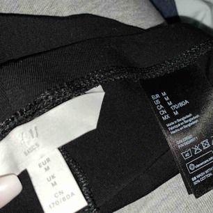 Vanliga svarta tights skönt material, sälja pga att dom e lite små för mig, skriv för fler bilder