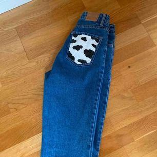 Ett par jeans med målade bakfickor, buda, dem är ifrån berhska och passar även mig som är 169😊💕